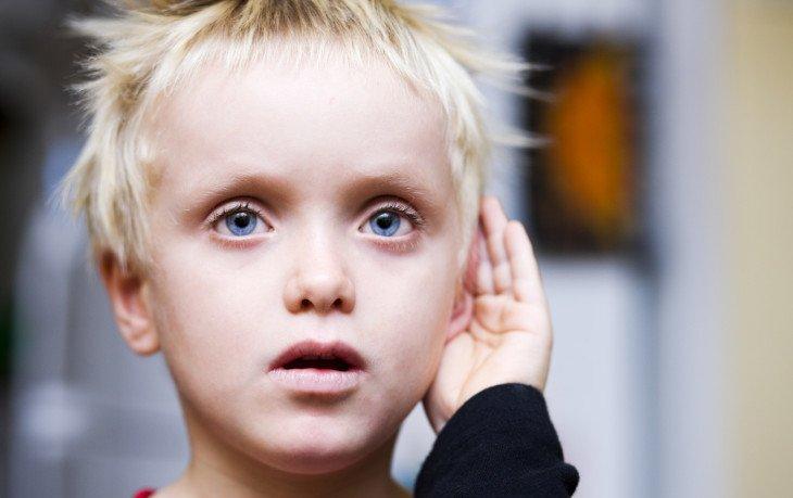 выявлять признаки аутизма