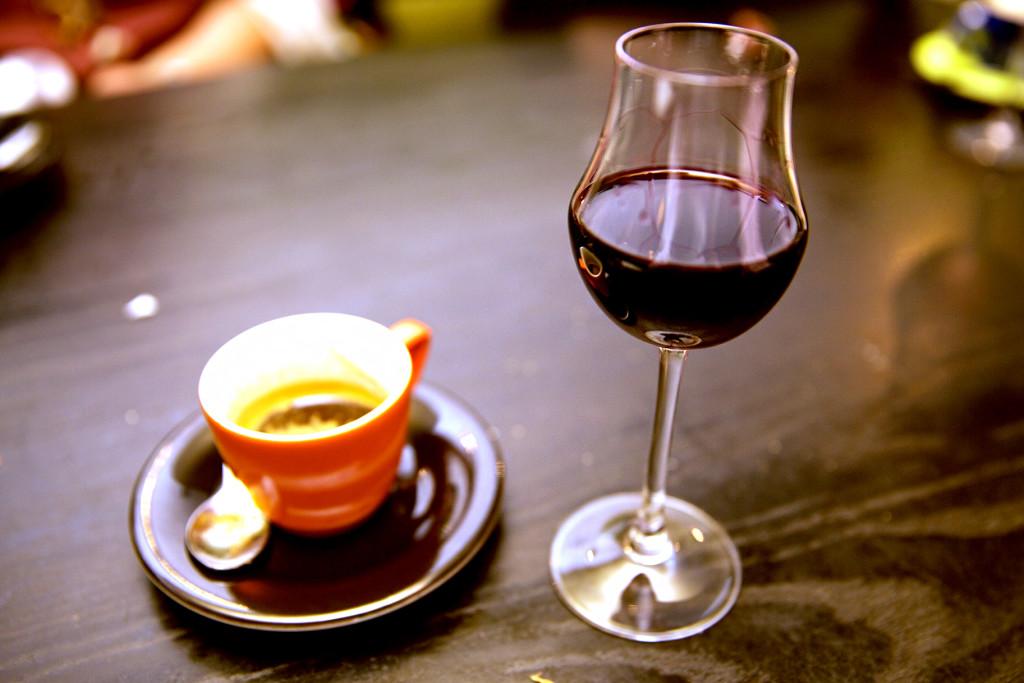 Удивительно: кофе и вино улучшают самочувствие