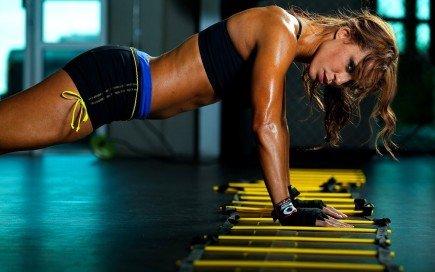 женщина занимается спортом