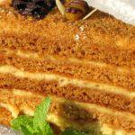 Польза, вред, калорийность торта Медовик на 100 грамм, в 1 куске