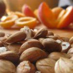Польза и вред абрикосовых косточек для женщин, мужчин, при беременности