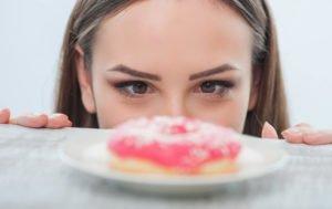 Почему постоянно хочется сладкого: чего не хватает в организме