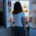 Почему ночью хочется есть? Названы самые распространенные причины