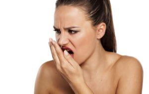 Почему возникает неприятный запах изо рта? 5 основных причин