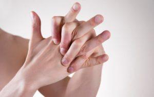 Хрустят суставы: чего не хватает в организме человека