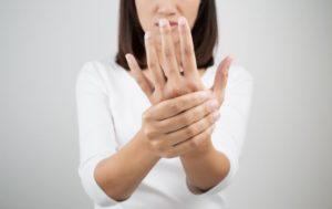 Немеют руки: чего не хватает в организме человека