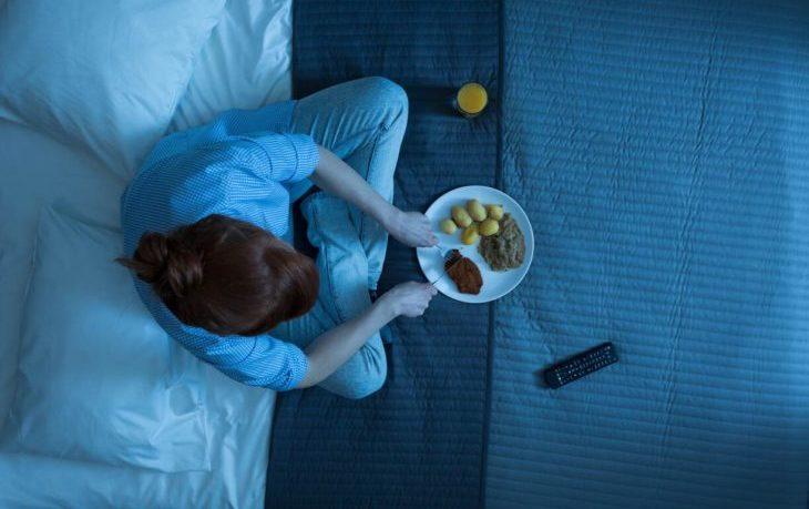 почему вредно кушать перед сном