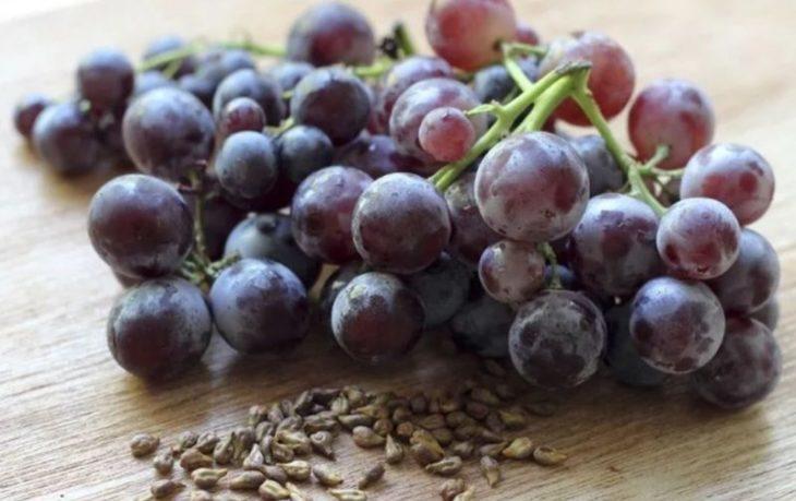 вредно кушать виноград с косточками