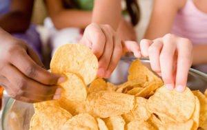 Почему вредно кушать чипсы? Основные причины