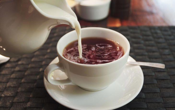 почему вредно пить чай с молоком
