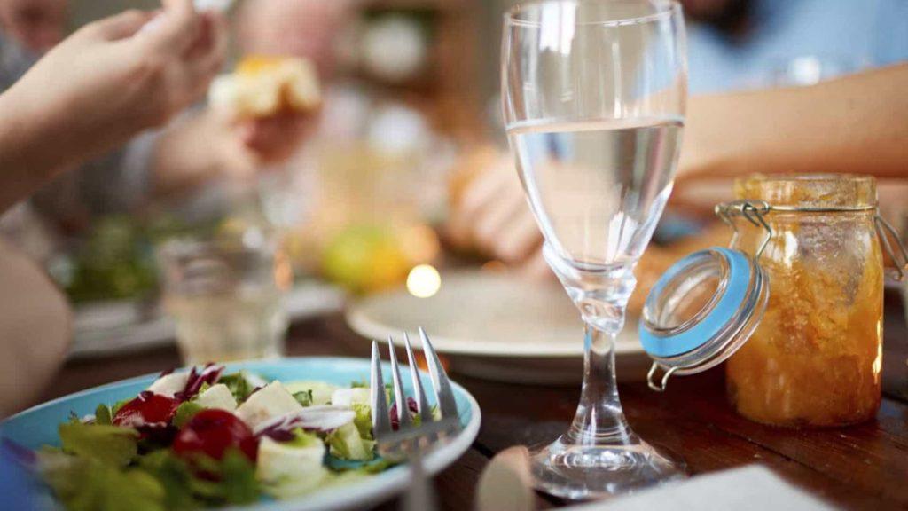 Почему вредно пить после еды? Основные причины