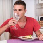 Почему вредно пить во время еды? Основные причины