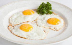 В каком виде полезнее есть куриные яйца: жареные или вареные