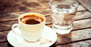 Почему после кофе хочется пить воду: причины