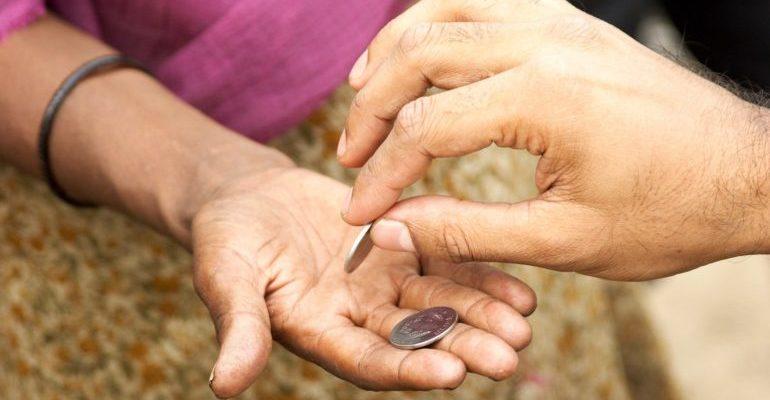 почему нельзя давать деньги попрошайкам
