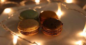 Почему ночью хочется есть сладкое: причины