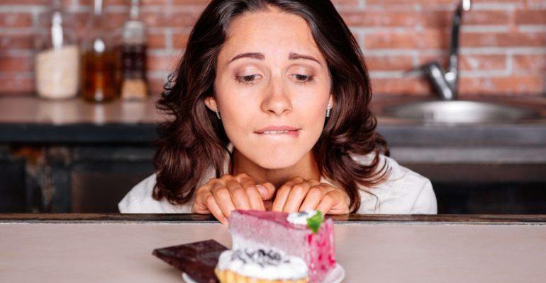 почему все время хочется сладкого у женщин