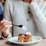 Почему во время пмс хочется сладкого: причины